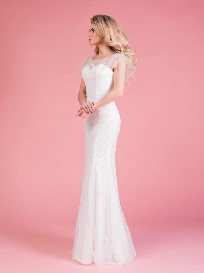 84a7cc7b7e88ee7 Короткие рукава с оборкой делают фасон игривым и романтичным. Прямое свадебное  платье с корсетом