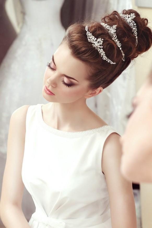 Свадебные украшения в прическу: модный обзор