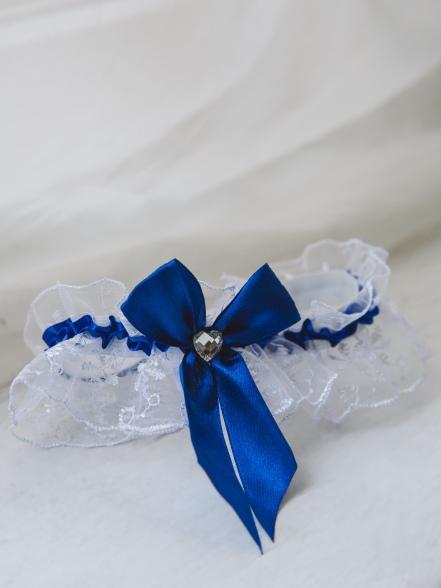 Фотография Подвязка кружевная с синей лентой