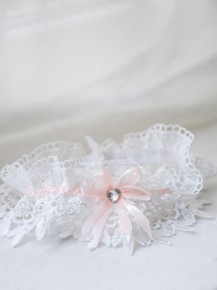 Фотография Подвязка кружевная белая с персиком